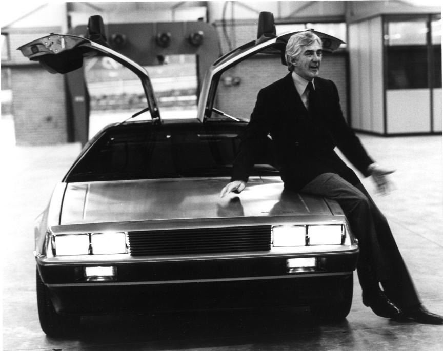 John Z. DeLorean sur sa voiture